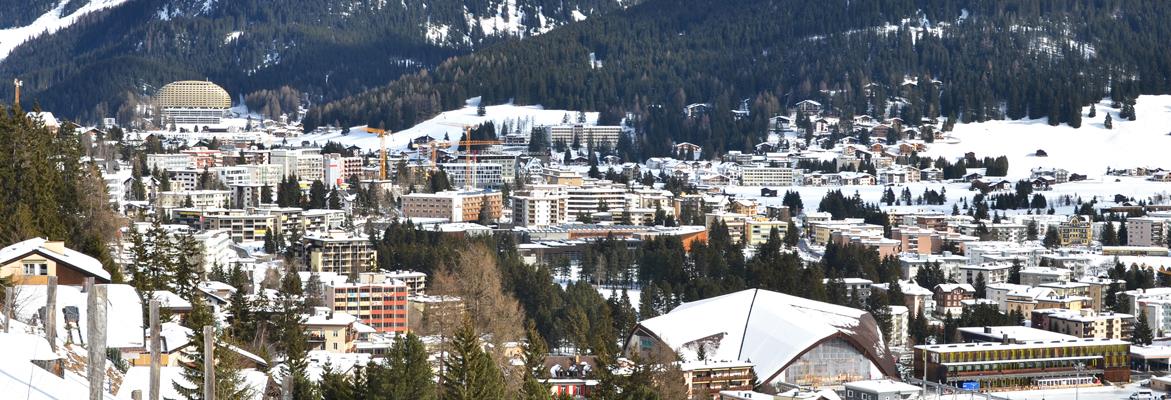 La ville de Davos ensevelie sous la neige au bas de la montagne